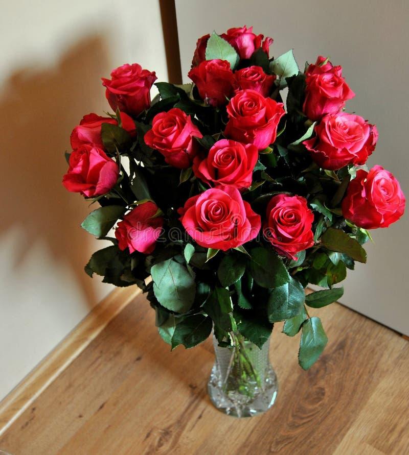 Un mazzo di rose rosse in un vaso fotografia stock for Costruire un mazzo di portico