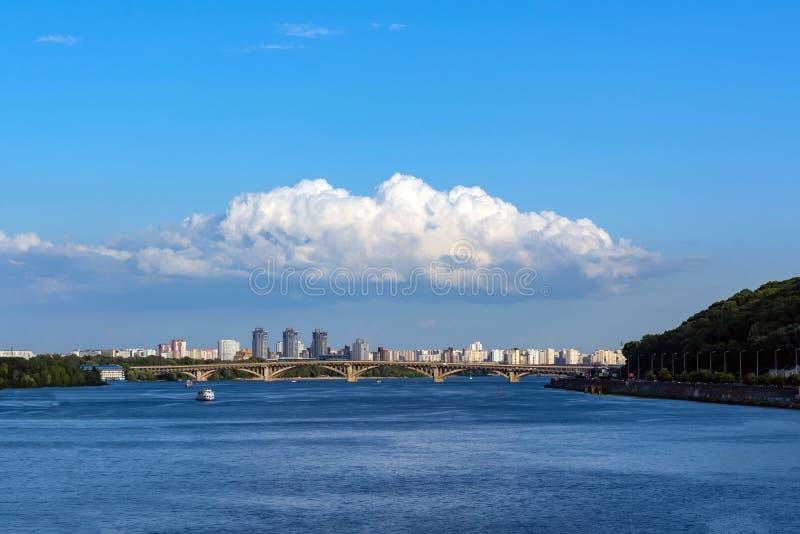 Un mazzo di si rannuvola la città contro un chiari cielo e fiume fotografie stock