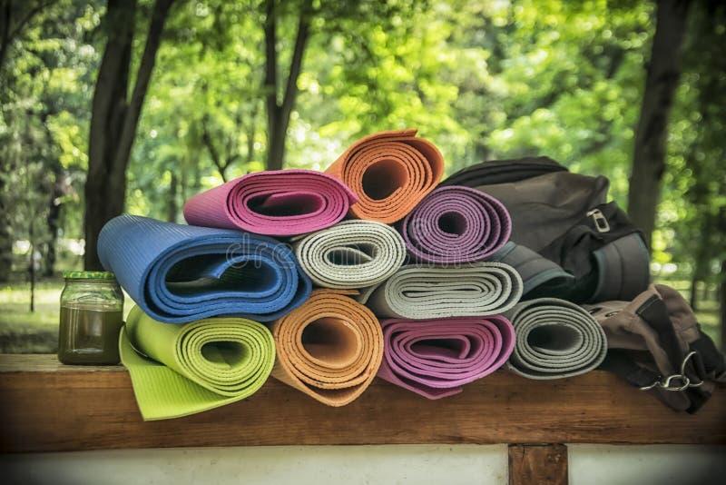 Un mazzo di stuoie di yoga immagini stock libere da diritti
