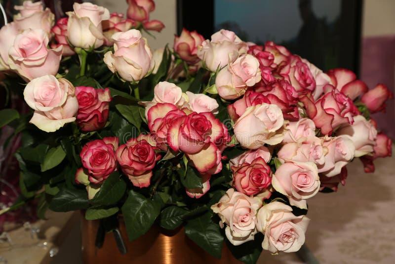 Un mazzo enorme di belle rose rosse fotografia stock libera da diritti