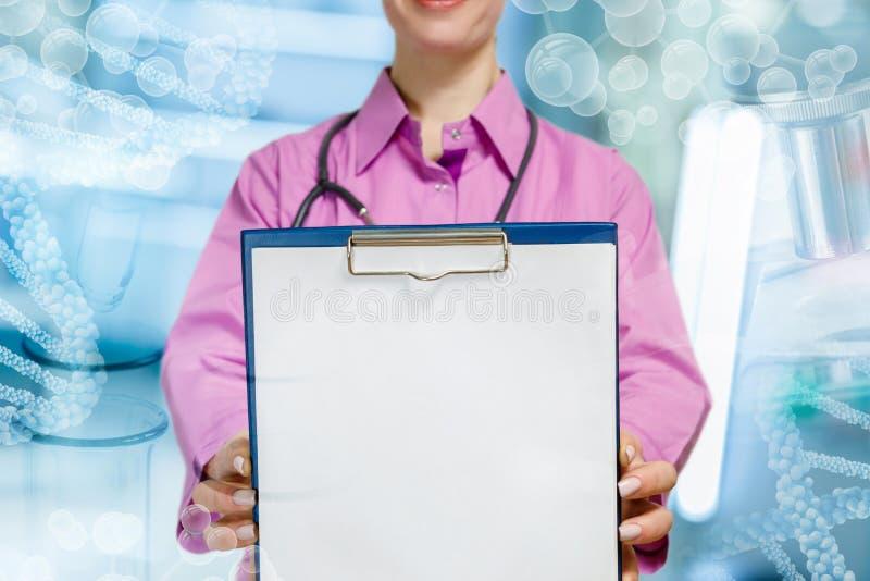 Un medico che tiene la carta di trattamento fotografia stock libera da diritti