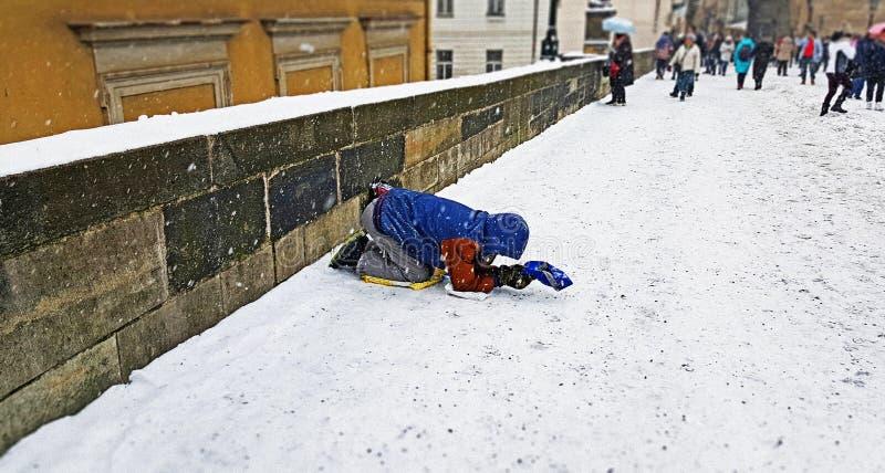 Un mendigo en el puente de Charles de Praga foto de archivo libre de regalías