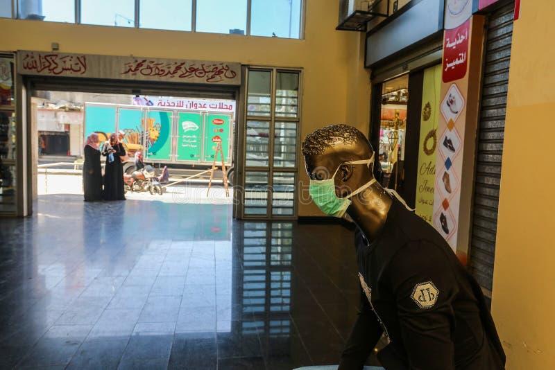Un mercante palestinese indossa una mascherina per la salute, a causa dei timori di diffusione della malattia del coronavirus COV immagini stock