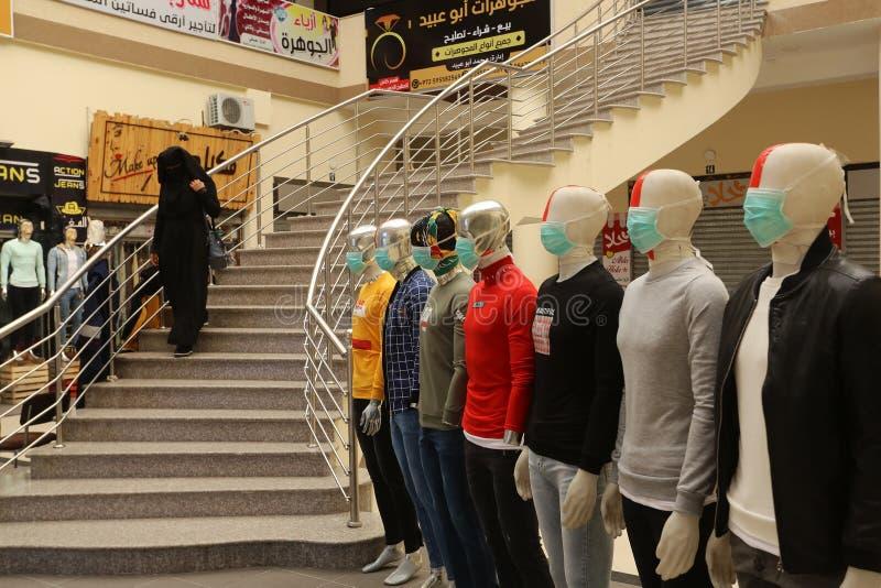 Un mercante palestinese indossa una mascherina per la salute, a causa dei timori di diffusione della malattia del coronavirus COV immagini stock libere da diritti