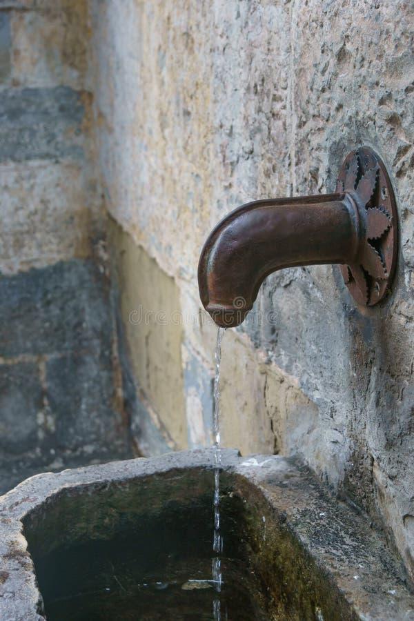 Un metal pene-form? la fuente en B?rgamo, Italia, Europa foto de archivo