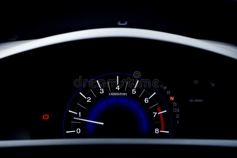 Un metro de velocidad es el indicador que mide y las exhibiciones, símbolo de la exhibición del tablero de instrumentos del coche imágenes de archivo libres de regalías
