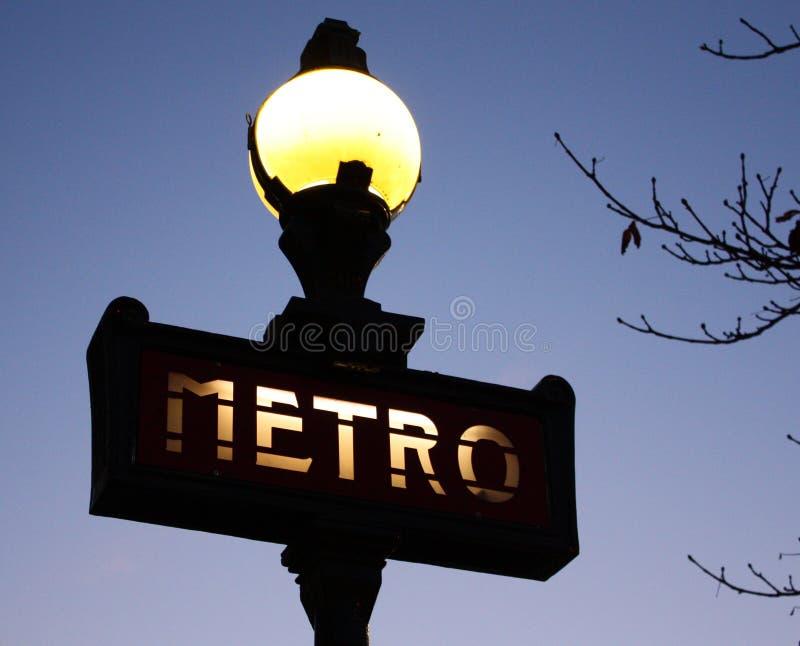 Un metro iluminado firma en París, Francia imagen de archivo