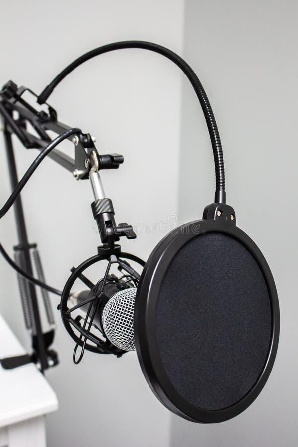 Un microfono e un filtro da schiocco attendono la vostra voce fotografie stock libere da diritti