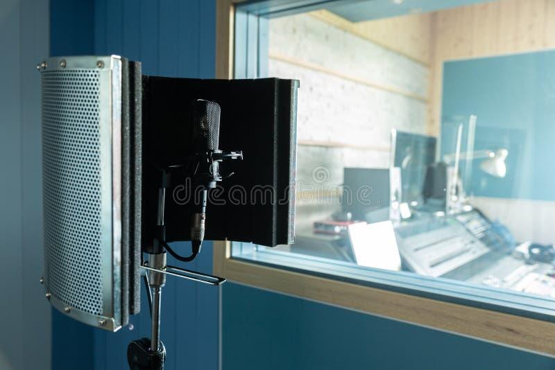 Un microphone dans le studio d'enregistrement photo stock