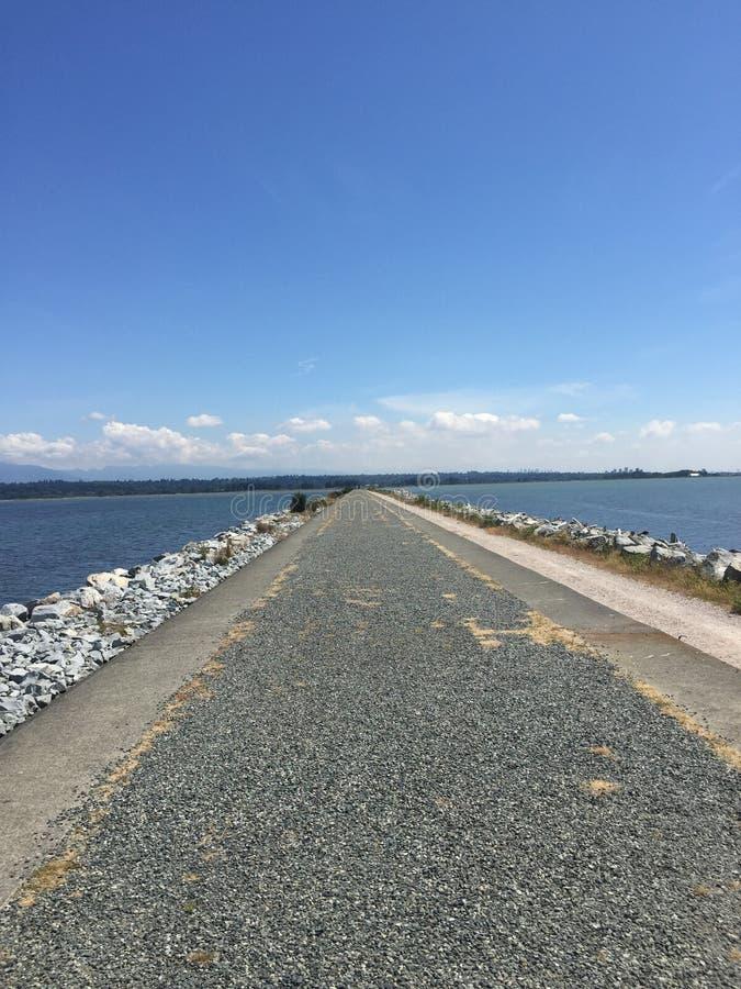Un midi ensoleillé sur le barrage de bord de la mer de Vancouver images stock