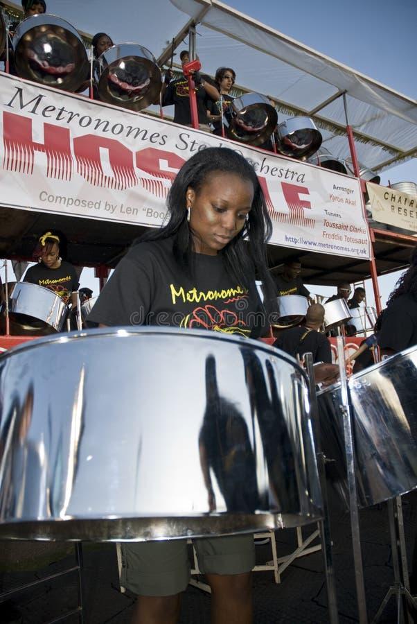 Un miembro de la banda de la orquesta del acero de los metrónomos imágenes de archivo libres de regalías