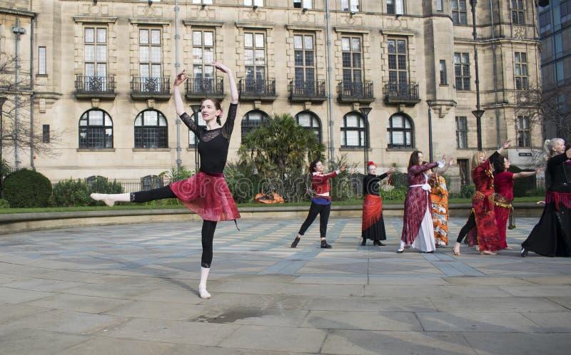 Un milliard de danse instantanée en hausse de foule à Sheffield images stock