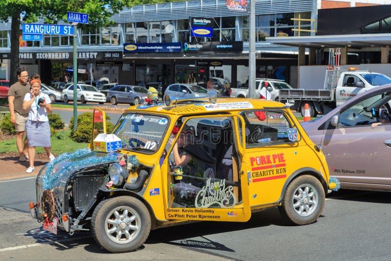 Un mini jaune, décoré pour un défilé de Noël dans Rotorua, le Nouvelle-Zélande image stock