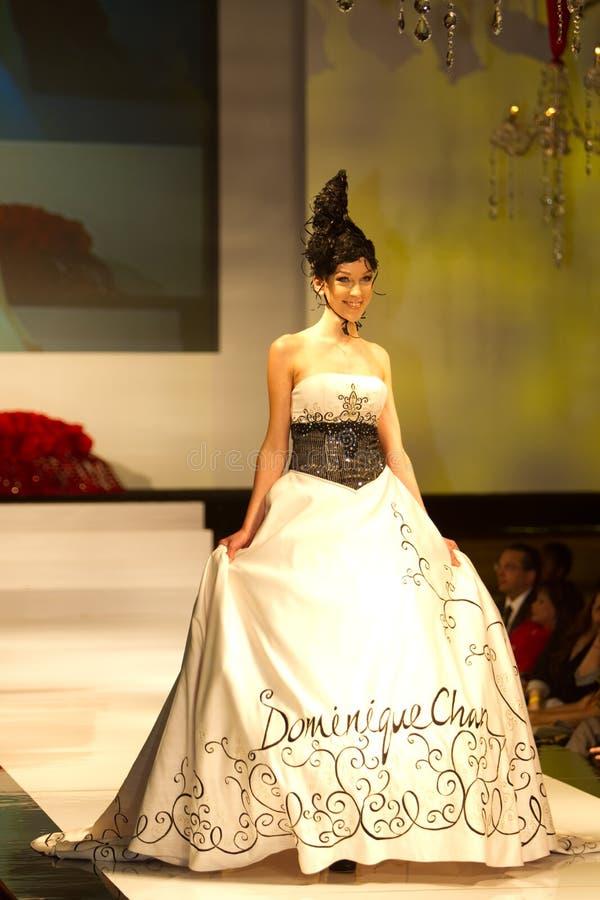 Un modèle affiche une création par Dominique Chan images stock