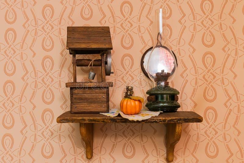 Un modèle des puits du bois et de la vieille lampe photographie stock libre de droits