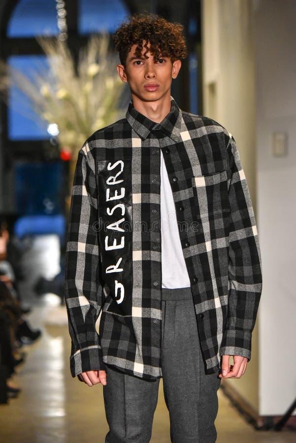 Un modèle marche la piste à la collection de la CHUTE 2017 de Christopher Lowman Menswear images libres de droits