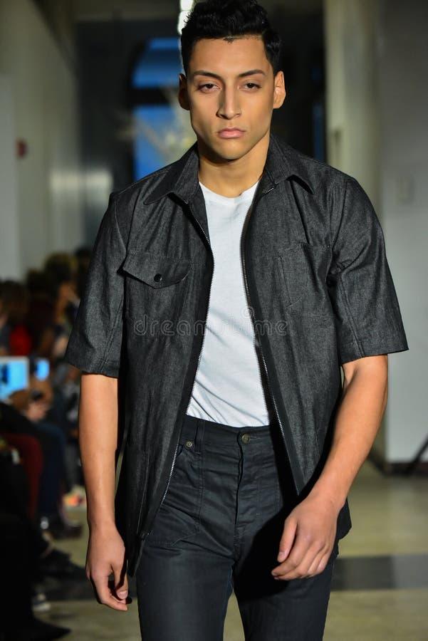 Un modèle marche la piste à la collection de la CHUTE 2017 de Christopher Lowman Menswear image stock