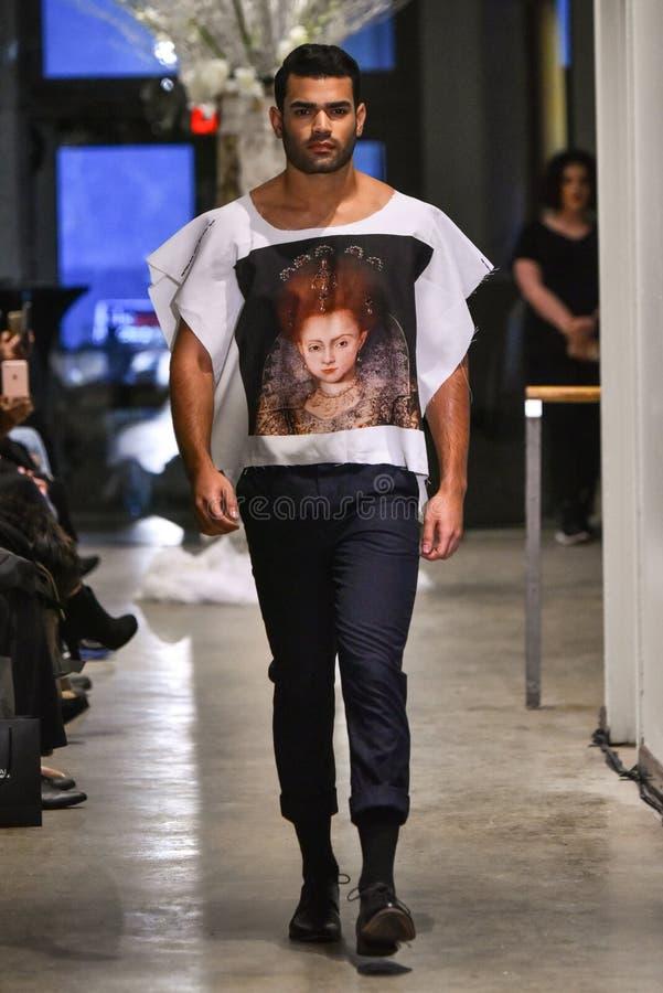 Un modèle marche la piste à la collection de la CHUTE 2017 de Christopher Lowman Menswear photographie stock