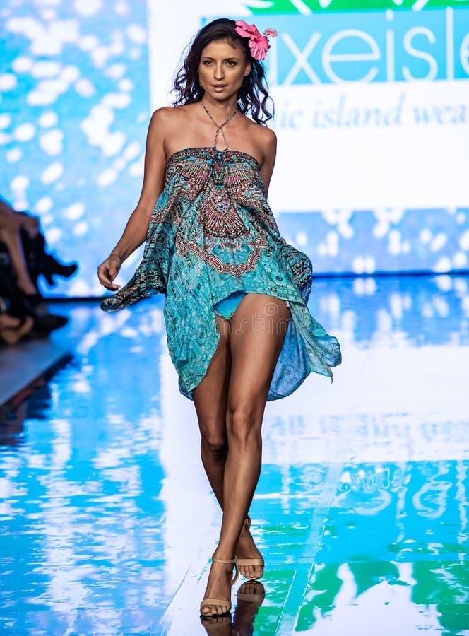 Un modèle marche la piste à la semaine 2019 de bain de Miami images libres de droits