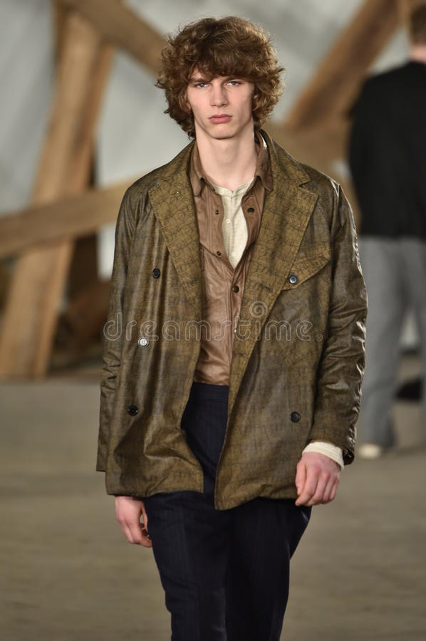 Un modèle marche la piste au défilé de mode de Billy Reid pendant l'automne des hommes de semaine de mode de New York/hiver 2016 photos libres de droits