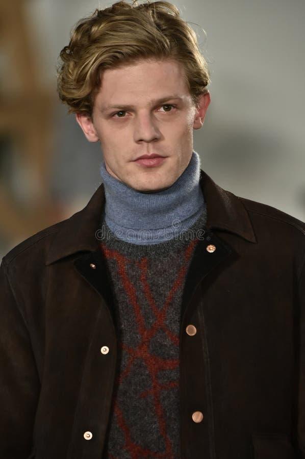 Un modèle marche la piste au défilé de mode de Billy Reid pendant l'automne des hommes de semaine de mode de New York/hiver 2016 photo stock