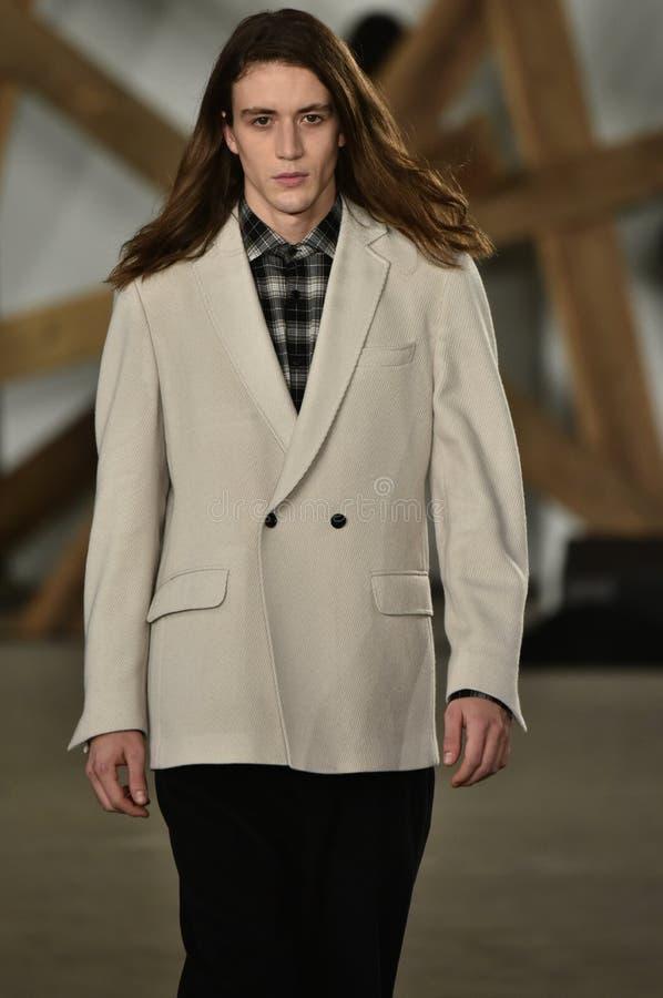 Un modèle marche la piste au défilé de mode de Billy Reid pendant l'automne des hommes de semaine de mode de New York/hiver 2016 photographie stock libre de droits