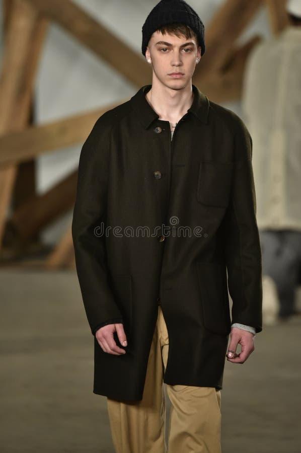 Un modèle marche la piste au défilé de mode de Billy Reid pendant l'automne des hommes de semaine de mode de New York/hiver 2016 image stock