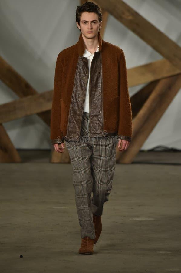 Un modèle marche la piste au défilé de mode de Billy Reid pendant l'automne des hommes de semaine de mode de New York/hiver 2016 photographie stock