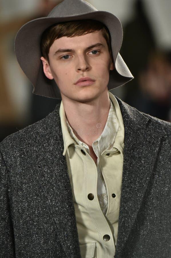 Un modèle marche la piste au défilé de mode de Billy Reid pendant l'automne des hommes de semaine de mode de New York/hiver 2016 images stock