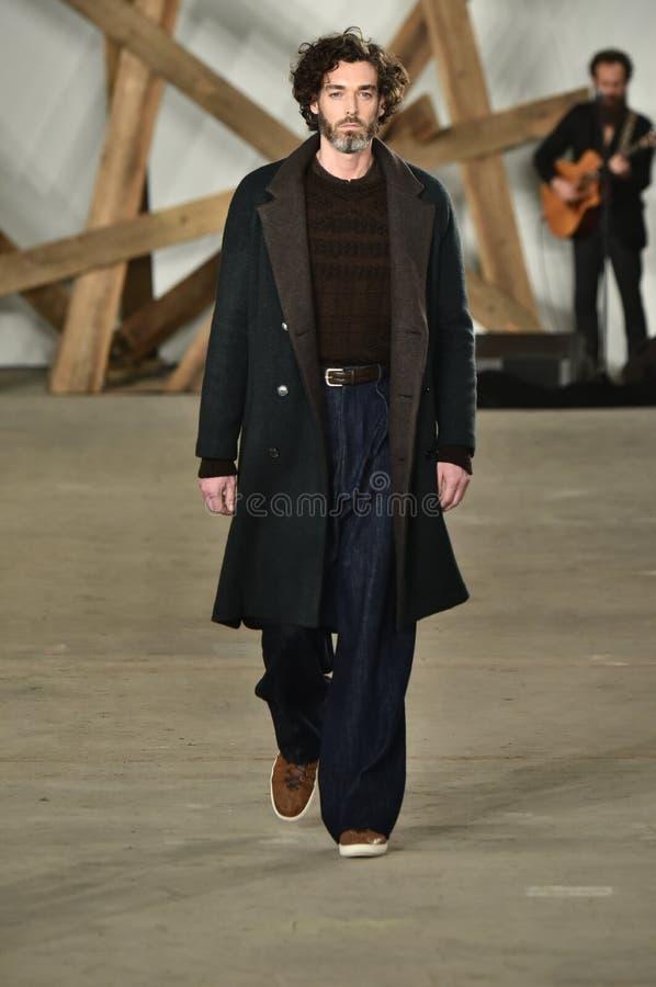Un modèle marche la piste au défilé de mode de Billy Reid pendant l'automne des hommes de semaine de mode de New York/hiver 2016 photos stock