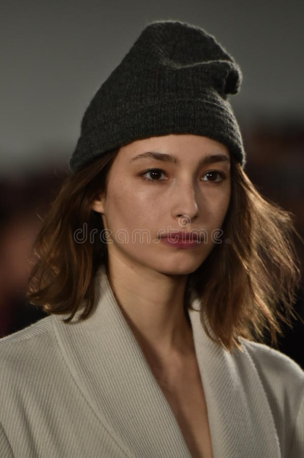Un modèle marche la piste au défilé de mode de Billy Reid pendant l'automne des hommes de semaine de mode de New York/hiver 2016 photo libre de droits