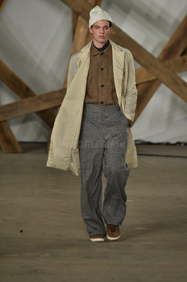 Un modèle marche la piste au défilé de mode de Billy Reid pendant l'automne des hommes de semaine de mode de New York/hiver 2016 image libre de droits