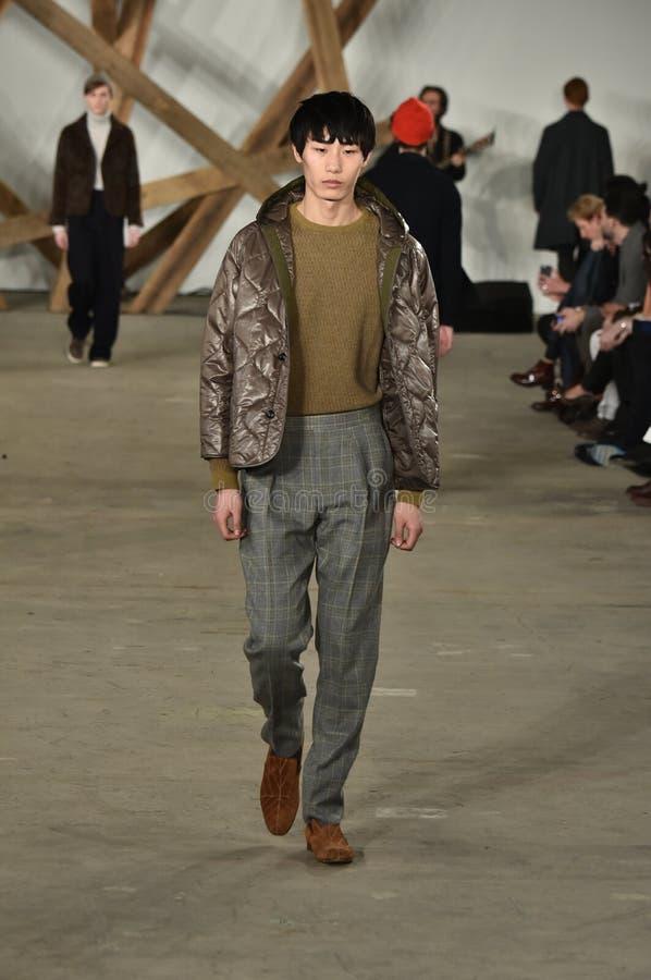Un modèle marche la piste au défilé de mode de Billy Reid pendant l'automne des hommes de semaine de mode de New York/hiver 2016 images libres de droits
