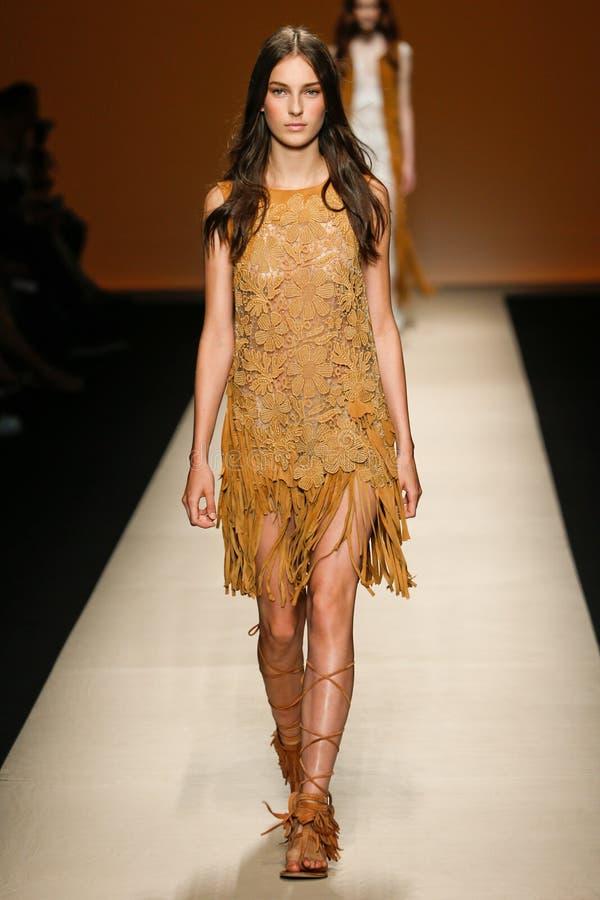 Un modèle marche la piste pendant l'exposition d'Alberta Ferretti en tant qu'élément de Milan Fashion Week photo libre de droits