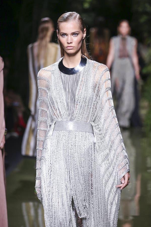 Un modèle marche la piste pendant l'exposition de Balmain en tant qu'élément de la semaine de mode de Paris photographie stock