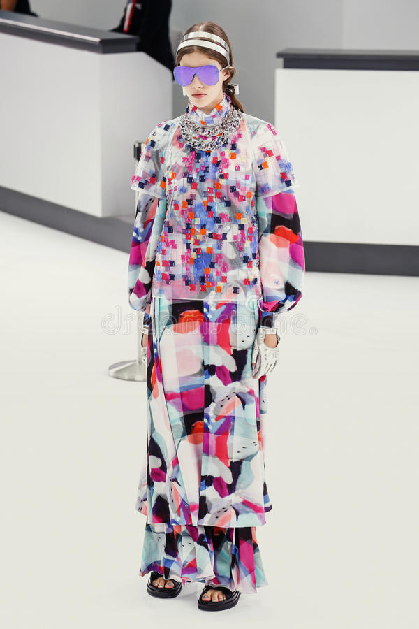 Un modèle marche la piste pendant l'exposition de Chanel photo libre de droits