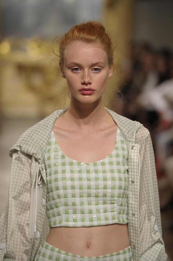 Un modèle marche la piste pendant l'exposition de Cristiano Burani en tant qu'élément de Milan Fashion Week photo stock