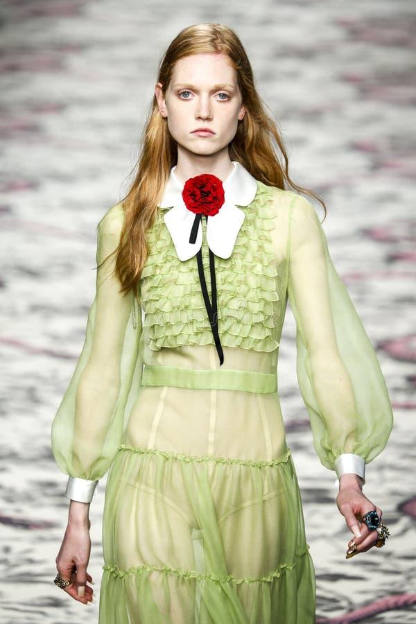 Un modèle marche la piste pendant l'exposition de Gucci image stock