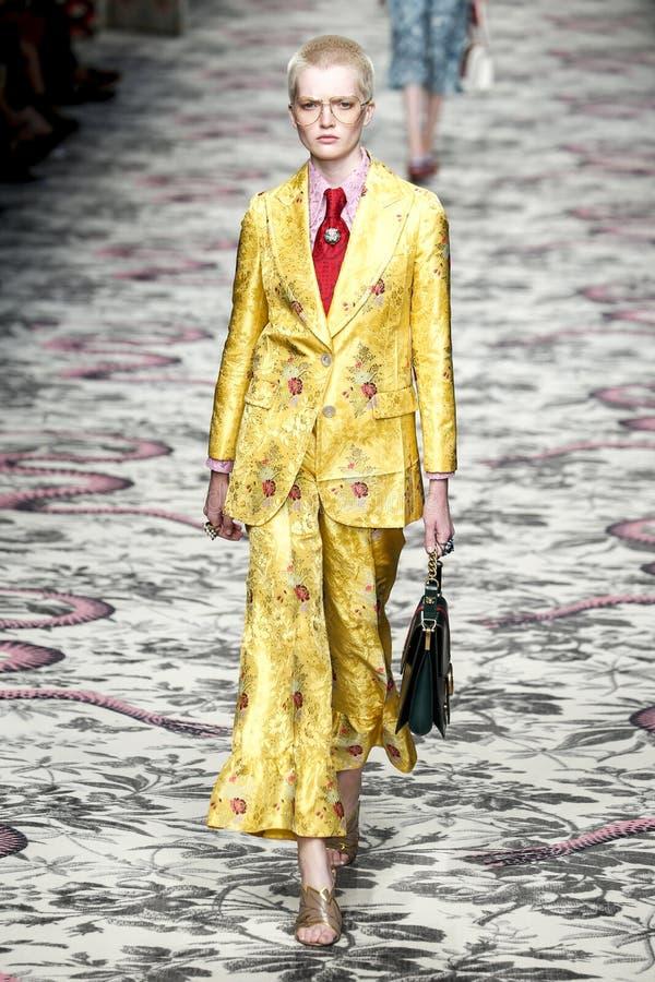 Un modèle marche la piste pendant l'exposition de Gucci photographie stock libre de droits