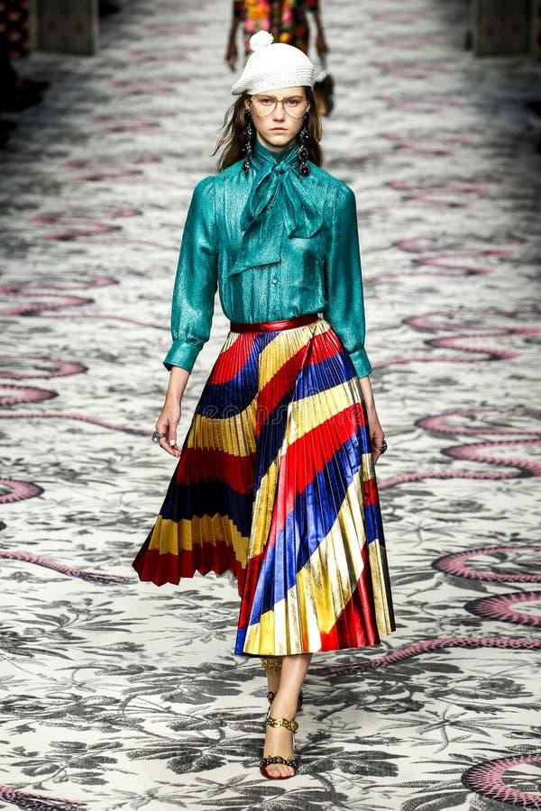 Un modèle marche la piste pendant l'exposition de Gucci photo stock