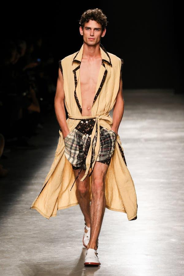 Un modèle marche la piste pendant l'exposition de Vivienne Westwood en tant qu'élément de la semaine de mode de Paris photographie stock
