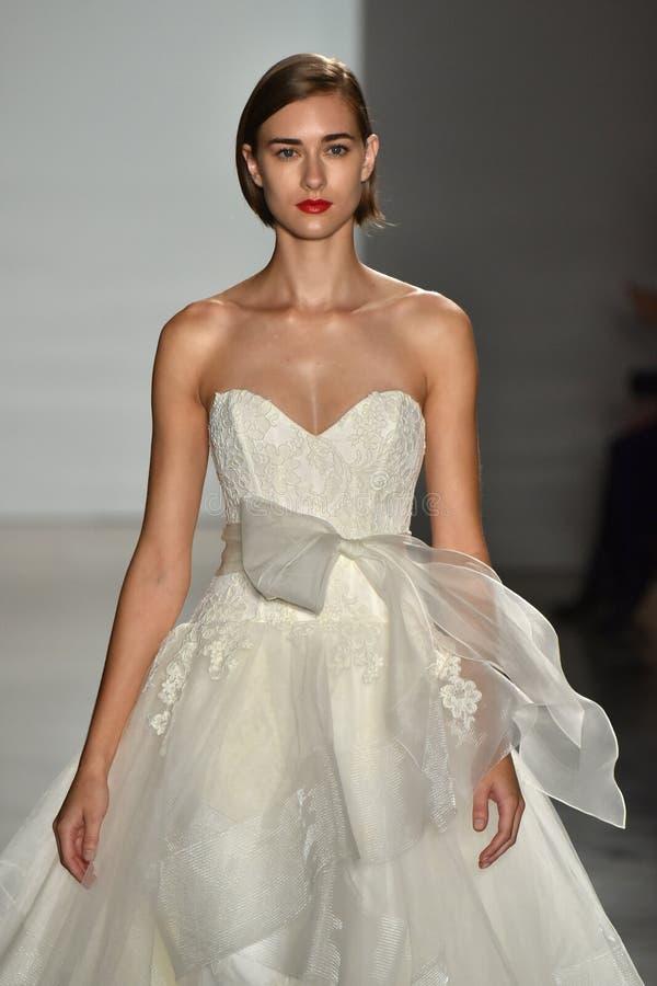 Un modèle marche la piste pendant l'exposition 2016 nuptiale de piste de collection de couture d'automne/hiver d'Amsale photos libres de droits