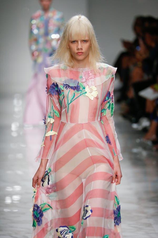 Un modèle marche la piste pendant le défilé de mode de Blumarine photographie stock libre de droits