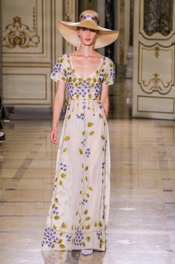 Un modèle marche la piste pendant le défilé de mode de Luisa Beccaria photographie stock libre de droits