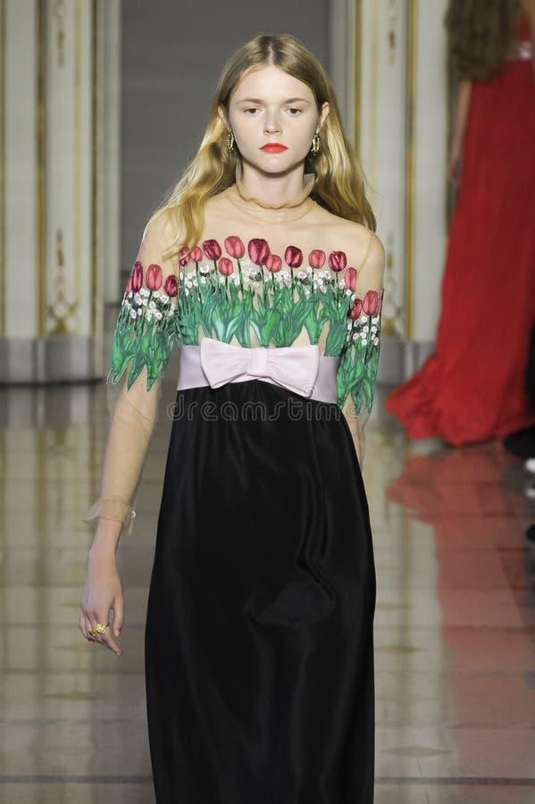 Un modèle marche la piste pendant le défilé de mode de Vivetta images stock