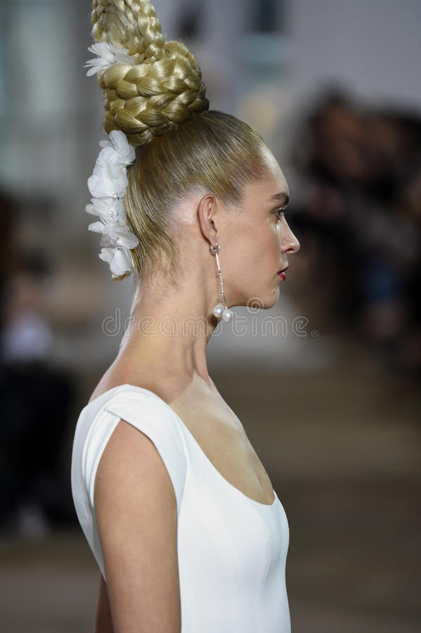 Un modèle marche la piste pendant le défilé de mode nuptiale d'Ines di Santo Spring /Summer 2018 photo stock