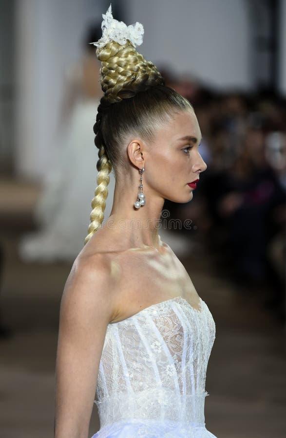 Un modèle marche la piste pendant le défilé de mode nuptiale d'Ines di Santo Spring /Summer 2018 images libres de droits