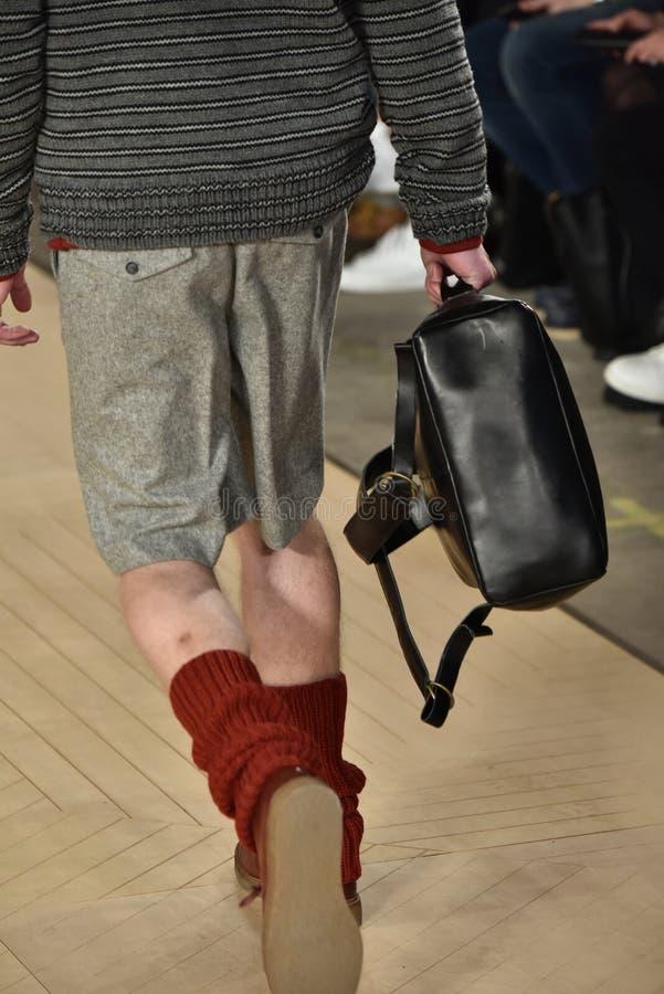 Un modèle marche la piste portant Perry Ellis pendant l'automne des hommes de semaine de mode de New York/hiver 2016 photo libre de droits