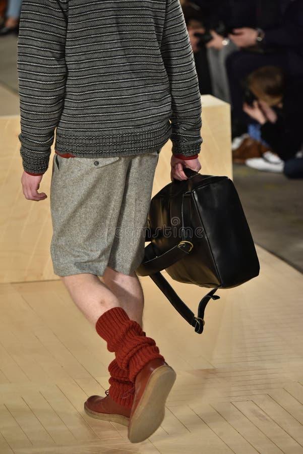 Un modèle marche la piste portant Perry Ellis pendant l'automne des hommes de semaine de mode de New York/hiver 2016 images libres de droits