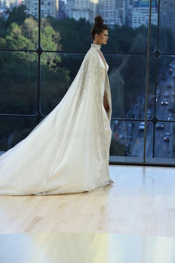 Un modèle marche la piste pour l'automne d'exposition d'Ines Di Santo Bridal/collection de l'hiver 2018 photographie stock